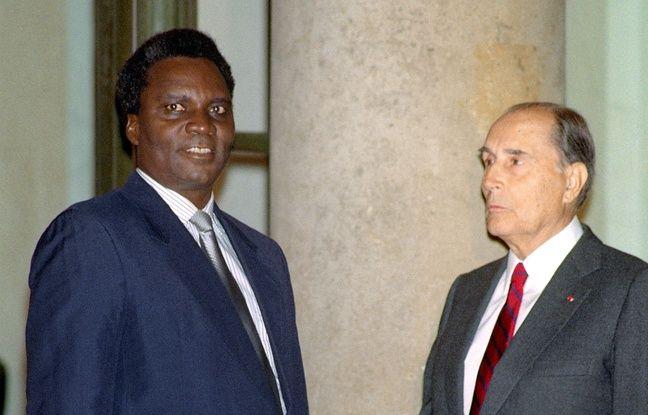 Le président de la République François Mitterrand accueille, le 18 octobre 1990, sur le perron de l'Elysée, son homologue rwandais, Juvénal Habyarimana, avant un entretien sur la crise qui a éclaté dans son pays.