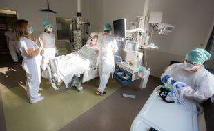Un médecin parle avec un patient atteint du Coronavirus  dans le service de réanimation de l'hôpital Purpan.