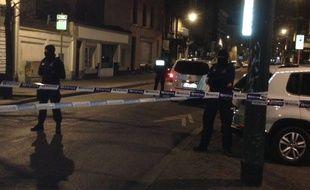 Attentats à Bruxelles: des policiers belges, place du Pavillon à Schaerbeek (Belgique) lors de perquisitions.