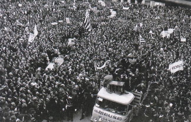 Les joueurs rennais fêtent leur succès en Coupe de France 1965 sur une place de la mairie noire de monde.