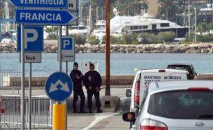 Des policiers français postés à la frontière entre la France et l'Italie à Menton, le 13 novembre 2015