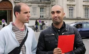 Des pères d'enfants victimes du directeur d'école de Villefontaine (Isère), mis en examen et écroué il y un an pour des viols sur des élèves, le 4 mai 2015 devant la préfecture de Grenoble