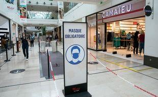 Illustration de l'obligation de porter le masque dans un centre commercial francilien.