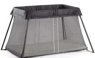Un cadeau utile et pratique à offrir à de jeunes parents ? On peut opter pour un lit-parapluie, pliable et transportable.