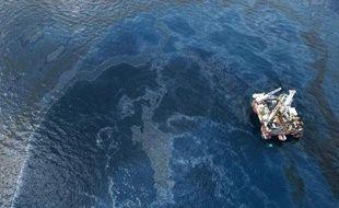 Le pétrole s'échappe de la plate-forme Deepwater Horizon de BP dans le golfe du Mexique, le 31 mai 2010.