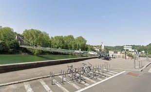 Le pont menant à l'île Barbe, à Lyon.