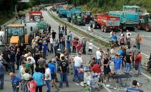 Des fermiers bloquent la voie rapide entre Quimper et Brest, le 21 juillet 2015