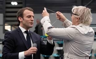 Une habitante de Pessac tente de faire enfiler un collier de gilet jaune à Emmanuel Macron, le 28 février 2019.