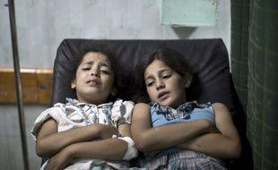 Deux Palestiniennes blessées attendent d'être soignées à l'hôpital Kamal Adwan à Beit Lahia au nord de Gaza, le 30 juillet 2014.