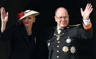 Prince Albert II of Monaco (R) and Princess Charlene of Monaco (L) appear on the balcony of the Monaco Palace during the celebrations marking Monaco's National Day, on November 19, 2016 in Monaco.   / AFP PHOTO / VALERY HACHE