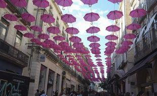 A Montpellier, des parapluies roses ont été disposés pour sensibiliser au dépistage du cancer du sein