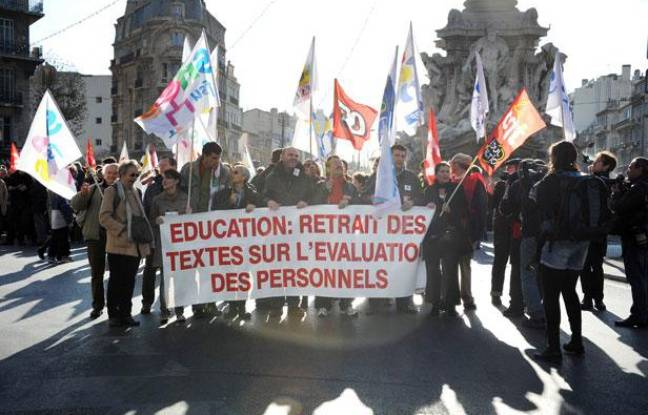 Des enseignants manifestent à Marseille (Bouches-du-Rhône), le 15 décembre 2011.