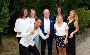 Jean-Michel Aulas lors d'une séances photo avec des joueuses de l'OL et Julie Gayet, le 1er septembre 2020 à Angoulême.