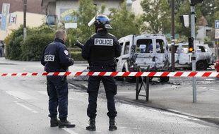 Des policiers sur les lieux de l'attaque à Viry-Châtillon.