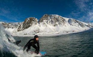Un surfeur, à Unstad dans les îles norvégiennes Lofoten, le 9 mars 2016