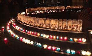 Les cierges de la cathédrale de Strasbourg allumés en hommage aux victimes.