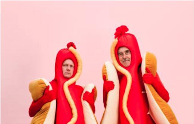 Photo de deux hommes déguisés en hot-dog par Peter Johansson