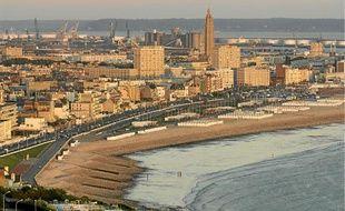 La tour de 107 m de l'église Saint-Joseph domine le front de mer au Havre.