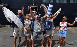 Des passagers heureux de quitter le Westerdam après plus de 10 jours d'errance en mer.