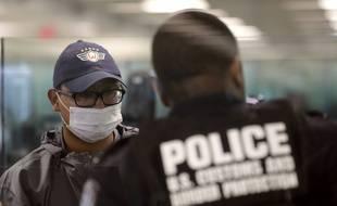 Un policier américain à l'aéroport de Dulles en Virginie, le 13 mars 2020 (illustration).
