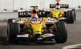 Le pilote Renault Nelson Piquet (au premier plan), suivi par son coéquipier Fernando Alonso lors du Grand Prix de Singapour, le 27 septembre 2008.
