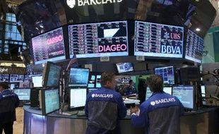 Wall Street hésitait après l'ouverture lundi, un jour semi-férié aux Etats-Unis au cours duquel les échanges s'avéraient relativement calmes: le Dow Jones avançait de 0,12% et le Nasdaq lâchait à nouveau 0,16%.