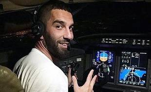 Arda Turan aux commandes d'un avion de la Turkish Airlines au retour du match entre le Luxembourg et la Turquie.