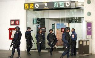 La police mexicaine a remplacé tous ses agents chargés de la sécurité à l'aéroport international de Mexico, où s'était produit en juin une fusillade entre policiers dans une affaire de trafic de drogue.