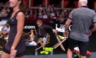 La chute du chanteur Elton John lors d'un tournoi de tennis a été largement diffusée sur les réseaux sociaux le 8 décembre 2015