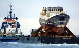 """L'épave du """"Bugaled Breizh"""" remorquée jusqu'au port de Brest le 13 juillet 2004"""