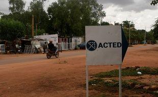 Un panneau indiquant les bureaux de l'ONG Acted à Niamey, au Niger.