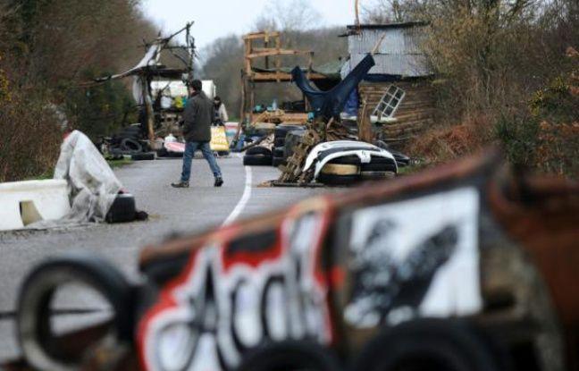 Photo prise le 27 février 2014 d'une route entravée par des objets déposés par les