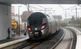 Un train express régional (TER) Bretagne circulant à Rennes, ici aux abords de la halte Pontchaillou.