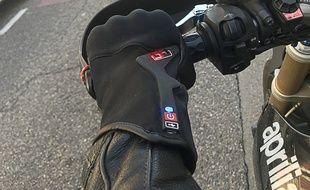 La start-up toulousaine Liberty Rider et la marque de gant Racer se sont associés pour créer un gant de moto connecté.