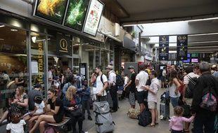 Des voyageurs patientaient déjà en gare de Paris-Montparnasse, le 17 juillet 2017, en raison d'une panne électrique.