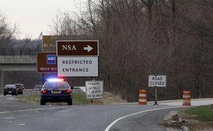 Un policier arrêté devant l'entrée de la NSA où deux hommmes se sont introduits en voiture: l'un est mort, l'autre blessé.