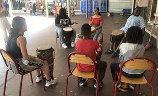 Un atelier de percussions dans la cour du collège de la Grange aux Belles, ouvert cet été aux habitants et habitantes de Paris.