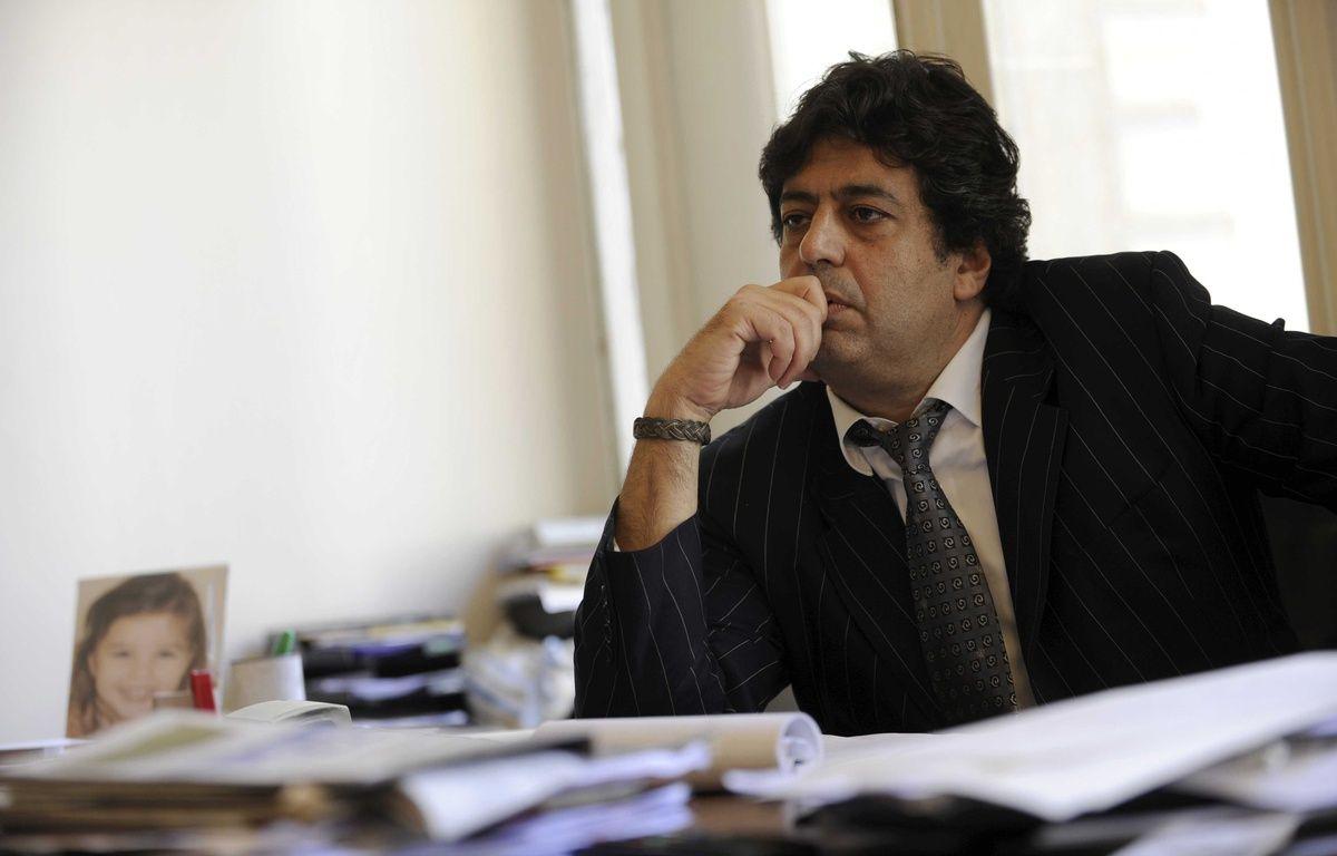 Le député Meyer Habib pose dans son bureau, le 4 juin 2010 – MARS JEROME/JDD/SIPA