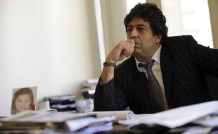 Le député Meyer Habib pose dans son bureau, le 4 juin 2010