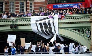 Partisans du maintien dans l'UE (en bas) face aux partisans de sortie de l'UE (en haut) le 15 juin 2016 à Londres