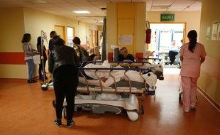 Bastia, le 21 novembre 2017. Des patients attendent sur des brancards dans le hall des urgences, faute de chambres disponibles.