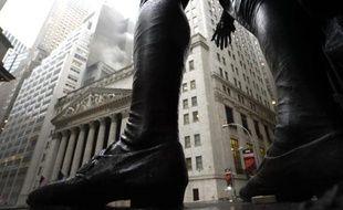 Le siège de la Bourse de New York vue à travers la statue de George Washington à Federal Hall, sur Manhattan
