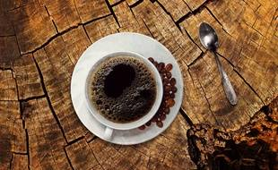 Le grain de café est torréfié avant d'être moulu