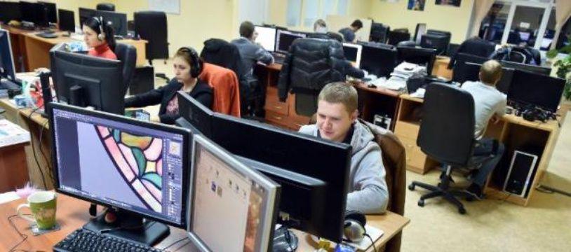 Des développeurs informatiques dans leurs bureaux (illustration).