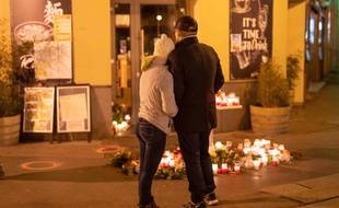 Un couple rend hommage aux quatre victimes de l'attentat de Vienne, le 4 novembre 2020 en Autriche.