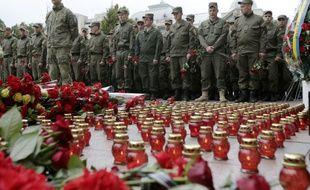 Des soldats ukrainiens rendent hommage à leurs camarades tombés sur le front, à Kiev le 9 septembre 2015