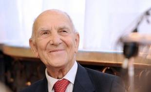 """Stéphane Hessel, 94 ans, """"très fatigué"""", va être rapatrié dimanche de Sicile où il se reposait, ont déclaré à l'AFP Sylvie Crossman et Jean-Pierre Barou, éditeurs de """"Indignez-vous!"""", se montrant toutefois rassurants sur l'état de santé de l'ancien résistant et diplomate."""