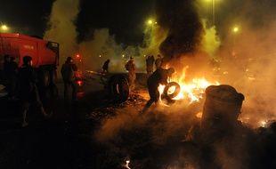 Des agriculteurs brûlent des pneus à Quimper, le 27 janvier 2016.