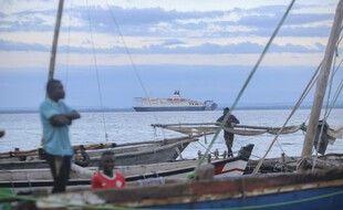 Des pêcheurs regardant les bateaux de civil arrivés
