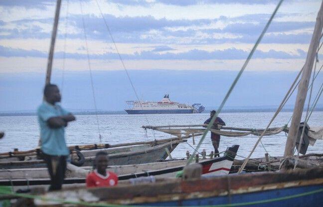 648x415 pecheurs regardant bateaux civil arrives